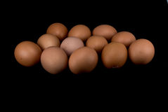 Rohe Eier auf schwarzem Hintergrund Stockfoto