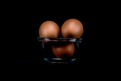 Rohe Eier auf schwarzem Hintergrund Lizenzfreie Stockbilder