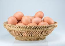 Rohe Eier auf weißem Hintergrund Lizenzfreies Stockfoto