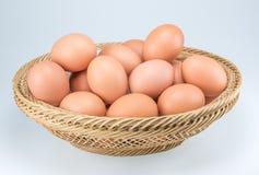 Rohe Eier auf weißem Hintergrund Lizenzfreies Stockbild