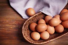 Rohe Eier im Korb Stockfotos