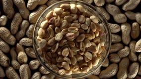 Rohe Erdnüsse in einer Schüssel stock video