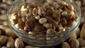 Rohe Erdnüsse in einer Schüssel stock video footage