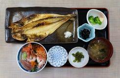 Rohe Fische des Sashimis auf gesetztem Aufschlag des Reises mit gegrillten Fischen Stockfoto