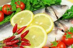 Rohe Fische mit Gemüse Stockfoto