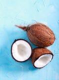 Rohe frische Kokosnuss, halbiert Stockfoto
