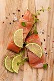 Rohe frische Lachse mit Gewürzen lizenzfreie stockbilder