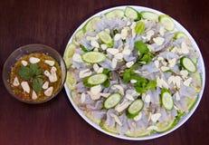 Rohe Garnele und würzige Soße, Meeresfrüchte Thailand stockfotografie