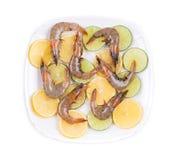 Rohe Garnelen auf geschnittener Zitrone und Kalk Lizenzfreie Stockfotografie