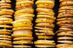Rohe gelbe Kartoffeln in einer Schale, Schnitt in Scheiben Stücke sind aufgereihte hölzerne Aufsteckspindeln und vorbereitet für  Stockfoto