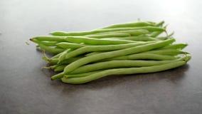 Rohe grüne grüne Bohnen stock footage