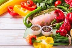Rohe Hähnchenbrustfilets mit Gemüsebestandteilen in der Wanne Lizenzfreie Stockbilder