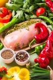 Rohe Hähnchenbrustfilets mit Gemüsebestandteilen in der Wanne Lizenzfreie Stockfotografie