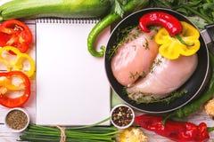 Rohe Hähnchenbrustfilets mit Gemüsebestandteilen in der Wanne Lizenzfreies Stockfoto