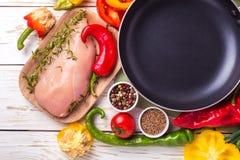 Rohe Hähnchenbrustfilets mit Gemüsebestandteilen in der Wanne Stockfotografie