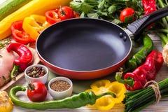 Rohe Hähnchenbrustfilets mit Gemüsebestandteilen in der Wanne Stockfotos