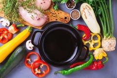 Rohe Hähnchenbrustfilets mit verschiedenen Gemüsebestandteilen Stockfotos