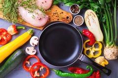 Rohe Hähnchenbrustfilets mit verschiedenen Gemüsebestandteilen Stockfotografie