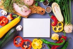 Rohe Hähnchenbrustfilets mit verschiedenen Gemüsebestandteilen Lizenzfreies Stockbild