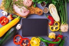 Rohe Hähnchenbrustfilets mit verschiedenen Gemüsebestandteilen Stockbilder