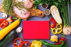 Rohe Hähnchenbrustfilets mit verschiedenen Gemüsebestandteilen Lizenzfreie Stockfotos