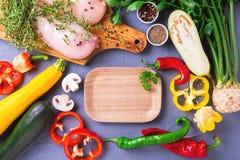 Rohe Hähnchenbrustfilets mit verschiedenen Gemüsebestandteilen Lizenzfreies Stockfoto