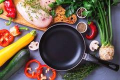 Rohe Hähnchenbrustfilets mit verschiedenen Gemüsebestandteilen Lizenzfreie Stockbilder