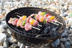 Rohe Hühneraufsteckspindeln, die auf dem Grill kochen Lizenzfreie Stockbilder