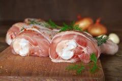 Rohe Hühnerbeine auf hölzernem Brett Lizenzfreie Stockfotos