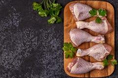 Rohe Hühnerbeine, Draufsicht Stockfotos