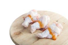 Rohe Hühnerbeine mit Auster sauce auf weißem Hintergrund Lizenzfreie Stockbilder