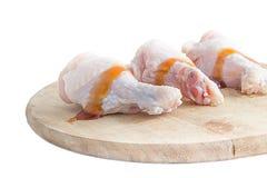 Rohe Hühnerbeine mit Auster sauce auf weißem Hintergrund Lizenzfreies Stockfoto