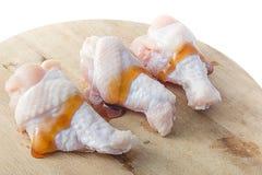 Rohe Hühnerbeine mit Auster sauce auf weißem Hintergrund Stockfoto