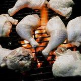 Rohe Hühnerbeine und Schenkel auf einem offenen Feuer Lizenzfreie Stockfotos