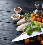Rohe Hühnerbrüste mit Krautgewürzen Lizenzfreie Stockfotos