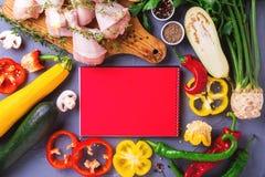 Rohe Hühnerschenkel mit verschiedenen Gemüsebestandteilen Beschneidungspfad eingeschlossen Lizenzfreie Stockfotografie