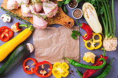 Rohe Hühnerschenkel mit verschiedenen Gemüsebestandteilen Beschneidungspfad eingeschlossen Lizenzfreies Stockbild