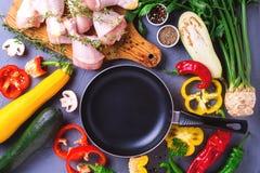 Rohe Hühnerschenkel mit verschiedenen Gemüsebestandteilen Beschneidungspfad eingeschlossen Stockfoto