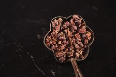 Rohe Kakaospitzen auf Schwarzem lizenzfreie stockfotografie