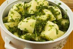 Rohe Kartoffel schneidet eine weiße Schüssel ein Stockfoto
