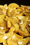 Rohe Kartoffeln mit den Gewürzen bereit gebraten zu werden Stockfotos