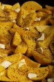 Rohe Kartoffeln mit den Gewürzen bereit gebraten zu werden Lizenzfreie Stockfotografie
