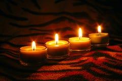 Rohe Kerzen auf gestreifter Oberfläche stockfoto