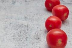 Rohe Kirschtomaten auf einem Leichtbetonhintergrund horizontale Ansicht von roten frischen Kirschen Kopieren Sie Platz nah - oben stockfotografie