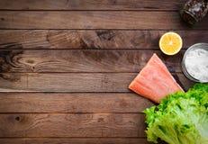 Rohe Lachse auf Holztisch Stockfoto