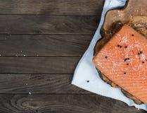 Rohe Lachse mit Salz und Pfeffer Lizenzfreie Stockbilder