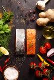 Rohe Lachsfilets mit wohlschmeckenden Bestandteilen stockfotografie