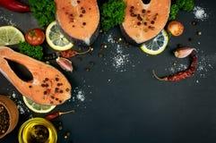 Rohe Lachssteaks auf einem dunklen Hintergrund Lizenzfreies Stockbild