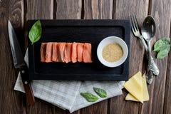Rohe Leiste von Lachsen mit Käse, Basilikum Frische Fische Stockfotos