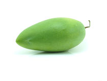 Rohe Mango mit Stamm auf Weiß Stockfotografie